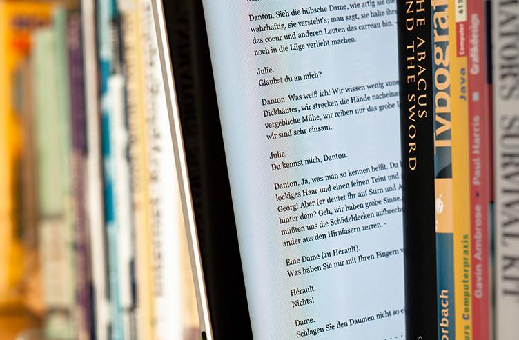 EBook_between_paper_books escala